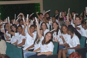 Imagem de um grupo de estudantes de escolas públicas da cidade de Belo Horizonte