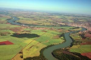 Fotografia aérea do rio Paranaíba, na divisa de Itumbiara (GO) e Araporã (MG)