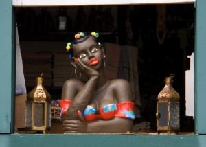 """A """"Namoradeira"""", escultura artesanal típica de Minas Gerais."""
