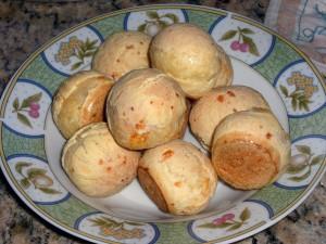 O pão de queijo é um prato típico da culinária mineira.